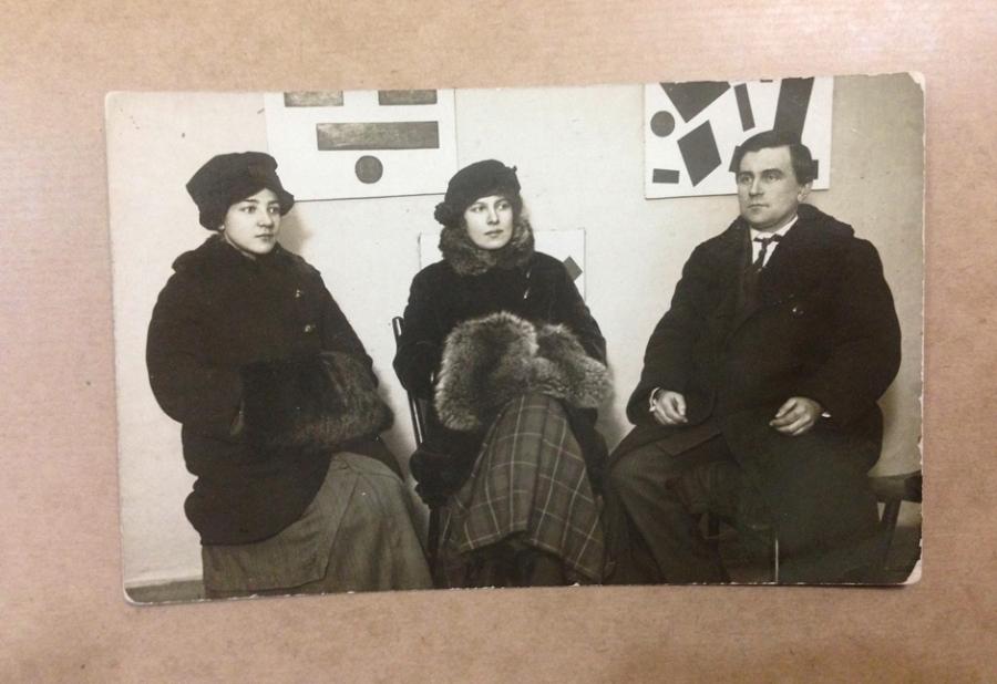 Foto von Olga Rosanowa, Xenia Boguslawskaja und Kasimir Malewitsch in der 0,10 Ausstellung, 1915, Russisches Staatsarchiv für Literatur und Kunst, Moskau